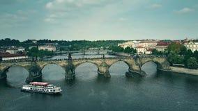 布拉格,捷克- 2018年5月3日 拥挤查尔斯桥梁和伏尔塔瓦河河游览小船鸟瞰图  股票视频