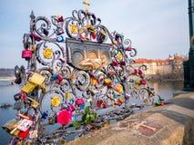 布拉格,捷克- 2018年2月20日 爱在是一座历史的桥梁横渡伏尔塔瓦河riv的查理大桥的锁 免版税图库摄影