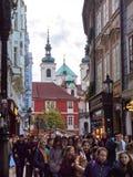 布拉格,捷克- 2018旅游步行10月30日A人群沿卡尔洛娃街的在秋天下午 卡尔洛娃街道是 免版税库存图片