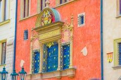 布拉格,捷克- 2015年8月13日, :与黄金双拱和细节,老镇的美妙地装饰的红色门面 图库摄影