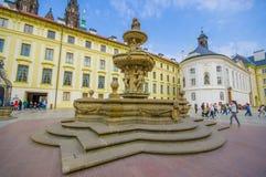布拉格,捷克- 2015年8月13日, :位于有塔的城市广场的美丽的喷泉从圣Vitus 免版税库存图片