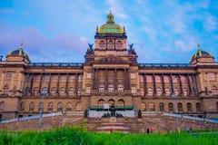 布拉格,捷克- 2015年8月13日, :国家博物馆、意想不到的建筑门面和大厦在一个晴天 免版税库存图片