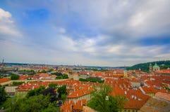 布拉格,捷克- 2015年8月13日, :在城市、巨大屋顶概要背景和绿色的美丽的景色点 库存照片