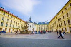 布拉格,捷克- 2015年8月13日, :大黄色美丽的与大喷泉的大厦sorrounding的正方形 图库摄影