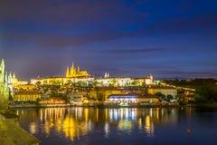 布拉格,捷克- 2015年8月13日, :布拉格江边视图有美好光发光的反射性  免版税图库摄影