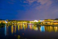 布拉格,捷克- 2015年8月13日, :布拉格江边视图有美好光发光的反射性  图库摄影