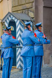 布拉格,捷克- 2015年8月13日, :当班的宫殿护卫穿他们的特别蓝色制服,白色镶边 库存图片