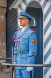 布拉格,捷克- 2015年8月13日, :当班的宫殿护卫穿他的特别蓝色制服,白色镶边 免版税库存照片