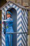 布拉格,捷克- 2015年8月13日, :当班的宫殿护卫穿他们的特别蓝色制服,白色镶边 库存照片