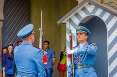 布拉格,捷克- 2015年8月13日, :当班的宫殿护卫穿他们的特别蓝色制服,白色镶边 免版税库存图片