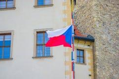 布拉格,捷克- 2015年8月13日, :正式国旗在旗杆骄傲地垂悬 库存图片