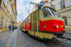 布拉格,捷克- 2015年8月13日, :特写镜头做它的方式的公共交通电车穿过迷人的城市 库存图片