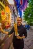 布拉格,捷克- 2015年8月13日, :相当阻止一典型土豆街道快餐和微笑的白肤金发的地方女孩 库存图片
