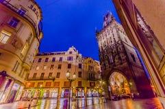 布拉格,捷克- 2015年8月13日, :粉末著名塔如被看见从街道视图在一个美好的晚上 免版税库存图片