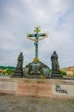 布拉格,捷克- 2015年8月13日, :著名著名雕象查理大桥和之一沿着它安置了 库存图片