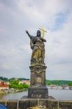 布拉格,捷克- 2015年8月13日, :著名著名雕象查理大桥和之一沿着它安置了 免版税图库摄影