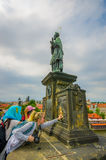 布拉格,捷克- 2015年8月13日, :著名雕象查理大桥和之一,根据传统人 免版税图库摄影