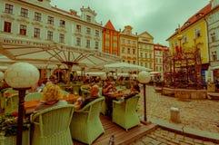 布拉格,捷克- 2015年8月13日, :街道旅馆U王子餐馆桌位于城市广场的 免版税库存照片