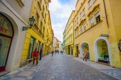 布拉格,捷克- 2015年8月13日, :非常在老镇、普利司通路和美好的黄色附近的精密紧的街道 免版税库存图片