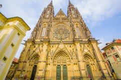 布拉格,捷克- 2015年8月13日, :St Vitus大教堂如被看见从与难以置信的细节的前面和哥特式 免版税库存图片