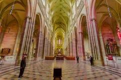 布拉格,捷克- 2015年8月13日, :St Vitus大教堂如从里边看见与惊人的哥特式建筑和 图库摄影
