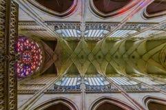 布拉格,捷克- 2015年8月13日, :St Vitus大教堂如从里边看见与惊人的哥特式建筑 免版税库存图片