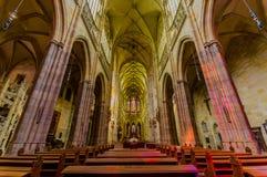 布拉格,捷克- 2015年8月13日, :St Vitus大教堂如从里边看见与惊人的哥特式建筑 库存图片