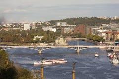 布拉格,捷克- 2015年9月05日:伏尔塔瓦河河和桥梁的看法照片在日落 免版税库存照片