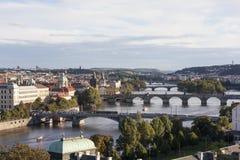 布拉格,捷克- 2015年9月05日:伏尔塔瓦河河和桥梁的看法照片在日落 免版税库存图片