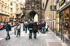 布拉格,捷克2016年12月24日:参观视域的两三个游人 圣诞节假日在欧洲 库存照片