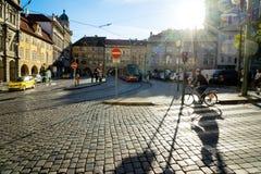 布拉格,捷克- 2015年11月08日:在街道上的人们 免版税库存图片