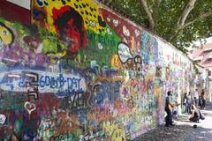 布拉格,捷克- 2015年9月05日:墙壁约翰・列侬照片  免版税库存照片