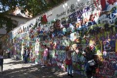 布拉格,捷克- 2015年9月05日:墙壁约翰・列侬照片  库存照片