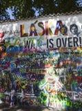 布拉格,捷克- 2015年9月05日:墙壁约翰・列侬照片  免版税库存图片