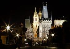 布拉格,捷克- 2014年6月13日:夜布拉格魔术  从查尔斯桥梁的看法在一点四分之一桥梁塔和在地平线上方 免版税库存照片