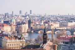 布拉格,捷克- 2016年3月14日:布拉格都市风景和Lvtana河和查理大桥 免版税库存图片
