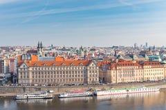 布拉格,捷克- 2016年3月14日:布拉格都市风景,捷克语 伏尔塔瓦河河和驳船 五颜六色的结构 库存图片