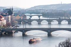 布拉格,捷克- 2016年3月14日:布拉格,查理大桥, Karlov, Manesuv都市风景多数桥梁,老镇地区 在河Vl的驳船 免版税库存图片