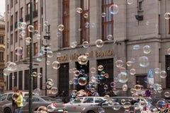布拉格,捷克- 2017年4月21日:捷克国家银行的大厦,当五颜六色的泡影漂浮  免版税图库摄影
