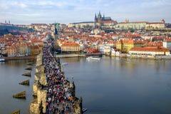 布拉格,捷克- 2015年12月19日:有c的查尔斯桥梁 免版税库存照片