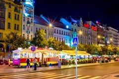 布拉格,捷克- 2016年9月01日:瓦茨拉夫广场在晚上,退休的电车无盖货车转换了成咖啡馆 免版税库存照片
