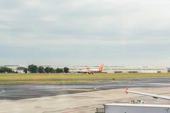布拉格,捷克- 2017年6月16日:空中客车A320 EasyJet,登陆在布拉格机场 免版税库存照片