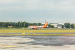 布拉格,捷克- 2017年6月16日:空中客车A320 EasyJet,登陆在布拉格机场 免版税库存图片