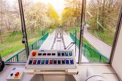 布拉格,捷克- 2016年4月16日:缆索铁路的Petrin是缆车和电车在Petrin小山在布拉格 库存图片