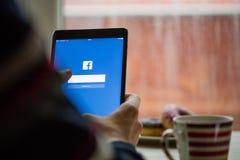 布拉格,捷克- 2015年11月17日:苹果计算机iPad微型起动屏幕特写镜头照片有facebook注册的 免版税库存图片