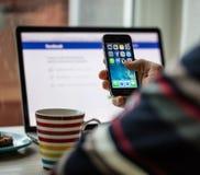 布拉格,捷克- 2015年11月17日:苹果计算机iPhone 5s有apps象的起动屏幕特写镜头照片  免版税库存照片