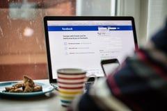 布拉格,捷克- 2015年11月17日:苹果计算机MacBook特写镜头照片赞成与facebook注册 免版税库存图片