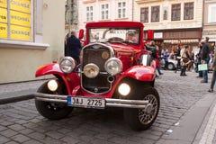 布拉格,捷克- 2017年4月30日:葡萄酒在布拉格街道的福特汽车  库存图片