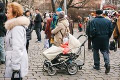 布拉格,捷克2016年12月13日:轮椅的一个孩子 一个小组游人在中心的参观视域 免版税库存图片