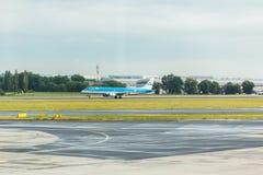 布拉格,捷克- 2017年6月16日:KLM航空公司波音737,登陆在布拉格机场 免版税库存图片